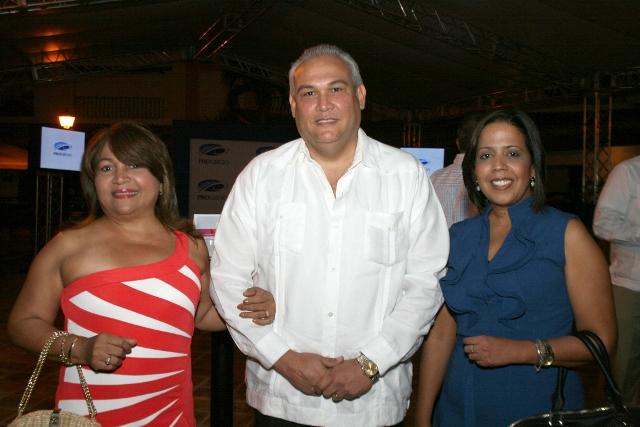 Maritza Martínez de Reyes, José Reyes Bisonó y Heidi Hernández