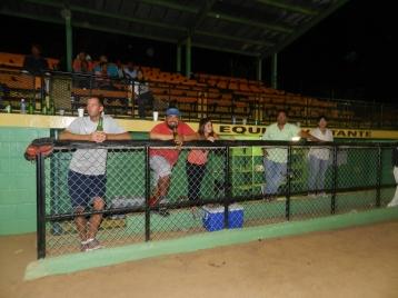 """James, Bryan, Marielisa """"Coach"""" Kiko Rodriguez """"manager"""" y su esposa Merlin """"cheerleder oficial"""" de los Marlins"""